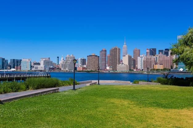 Skyline ensoleillée de manhattan à new york east river nyc