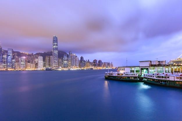Skyline de hong kong au coucher du soleil et au crépuscule, vue panoramique kowloon jetée publique