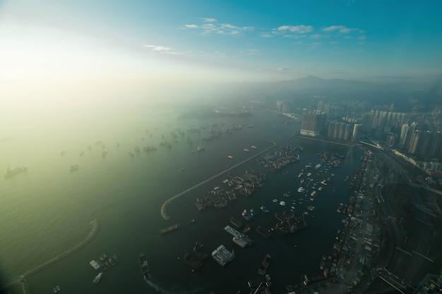 Skyline de hong kong au coucher du soleil depuis sky 100