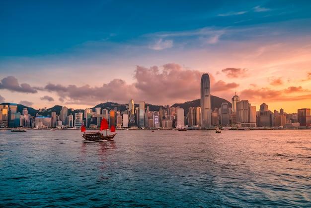Skyline hong kong city au coucher du soleil vue du port