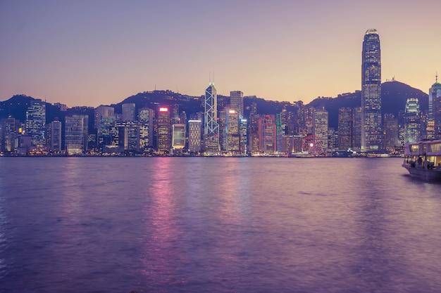 Skyline de hong kong dans la soirée sur le port de victoria