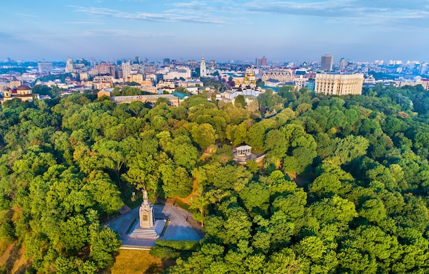 Skyline de kiev au-dessus du monument de saint vladimir le grand - ukraine, europe de l'est