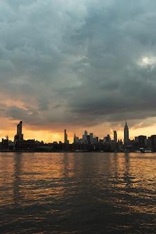 Skyline de manhattan au coucher du soleil