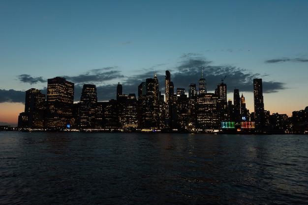 Skyline de manhattan dans la soirée