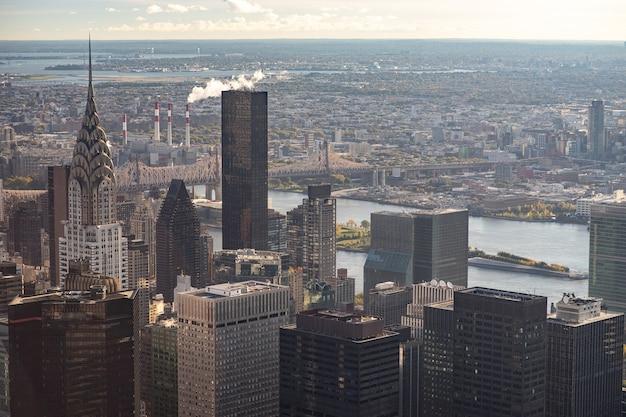 Skyline de new york depuis la vue de dessus au coucher du soleil. fermer.