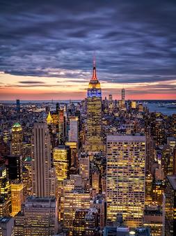 Skyline de new york du haut du rock rockefeller center aux états-unis au coucher du soleil heure bleue
