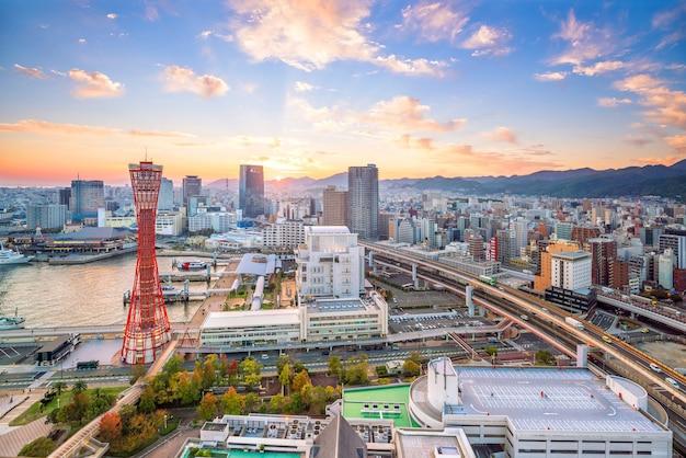 Skyline et port de kobe au japon au crépuscule