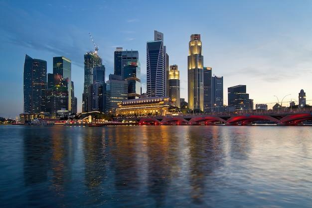 Skyline de la rivière singapour au coucher du soleil