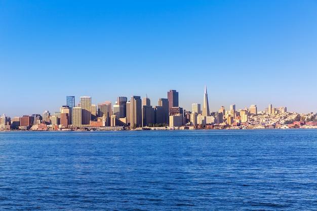 Skyline de san francisco en californie depuis l'île au trésor