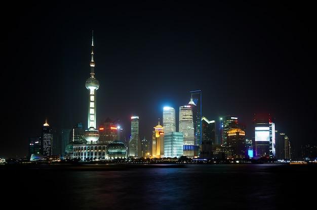 Skyline de shanghai avec des gratte-ciel urbains modernes la nuit, chine