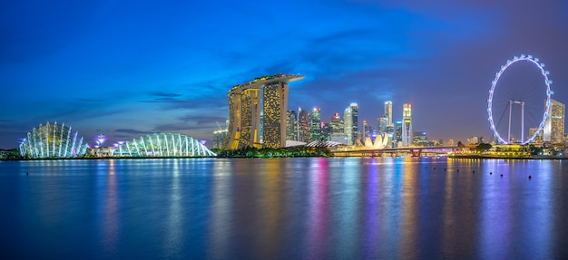 Skyline de singapour avec des bâtiments historiques dans la nuit