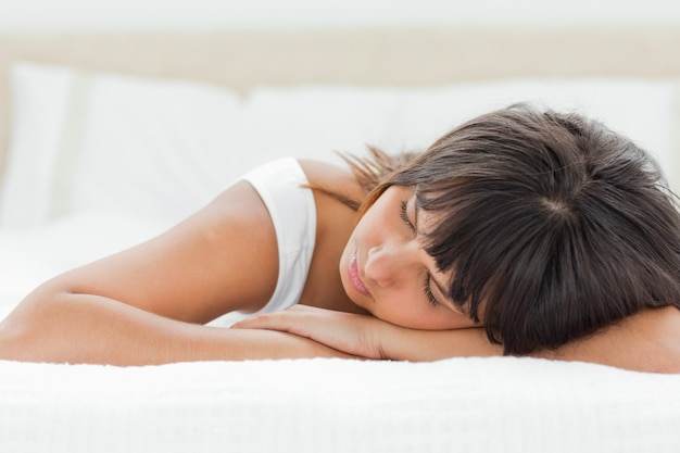 Slepping jeune femme sur son lit