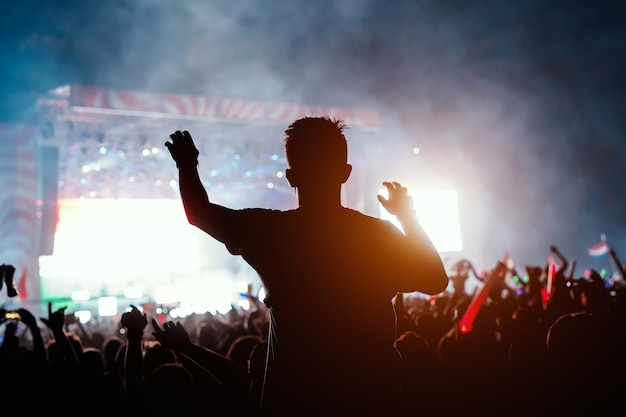 Slhouette de jeune homme en concert