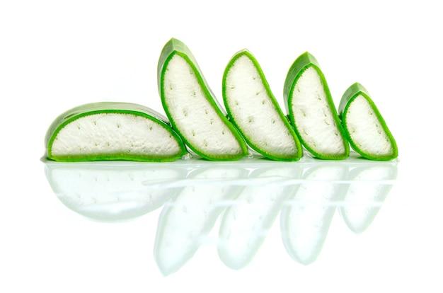 Slice aloe vera est un médicament à base de plantes très utile pour les soins de la peau et des cheveux.
