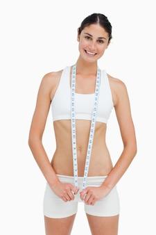 Slim femme avec un ruban à mesurer