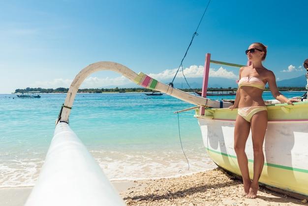 Slim jeune femme à la plage tropicale