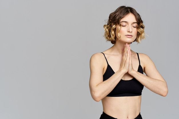 Slim jeune femme pratique le yoga et les exercices à la maison
