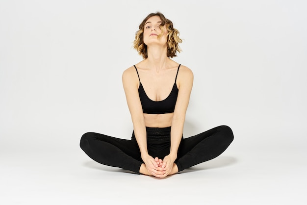 Slim jeune femme pratique le yoga et les exercices