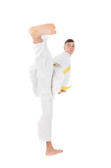Slim mec pratiquant d'arts martiaux