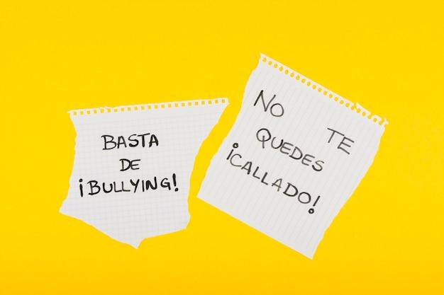 Des slogans espagnols contre l'intimidation sur papier scolaire