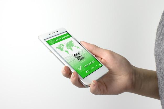 Smarfone avec passeport sanitaire de certification de vaccination. vérification du passeport du vaccin covid-19 sur téléphone portable.