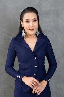 Smart et belle femme en costume de mode portrait