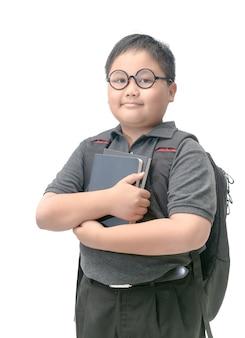 Smart garçon étudiant tenant le livre isolé