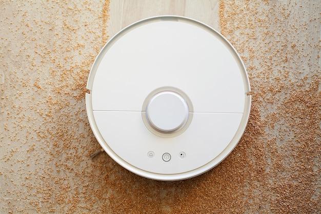 Smart home, robot aspirateur effectue le nettoyage automatique de l'appartement à un moment donné