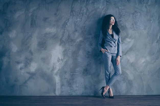 Smart hr girl partner look sur mur de béton gris