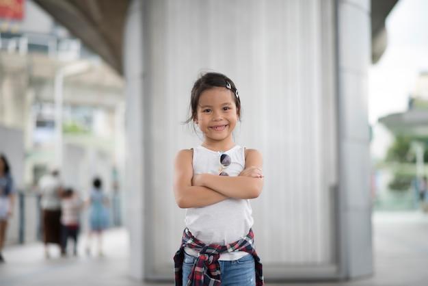 Smart petite fille enfant debout dans la ville