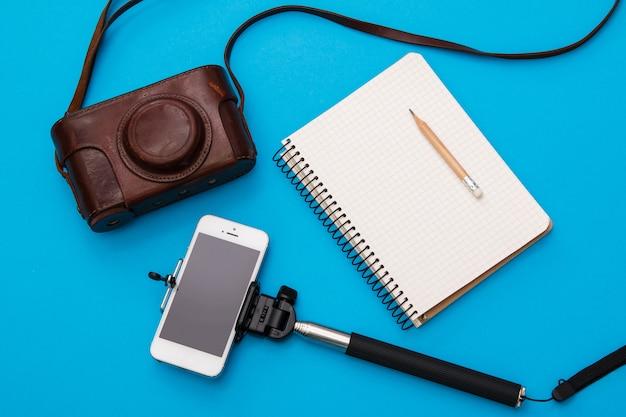 Smart phone sur selfie stick et appareil photo rétro
