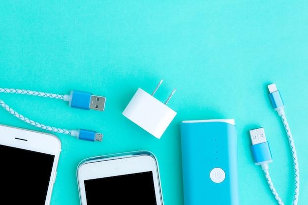 Smartphone avec adaptateur et câbles de chargement usb en vue de dessus