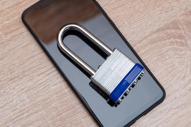 Smartphone avec cadenas en métal se bouchent