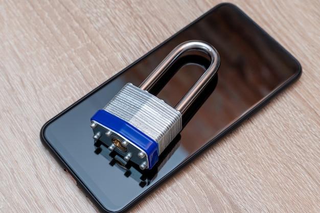 Smartphone avec cadenas en métal