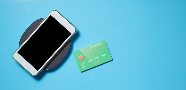 Smartphone avec cadre sur bleu