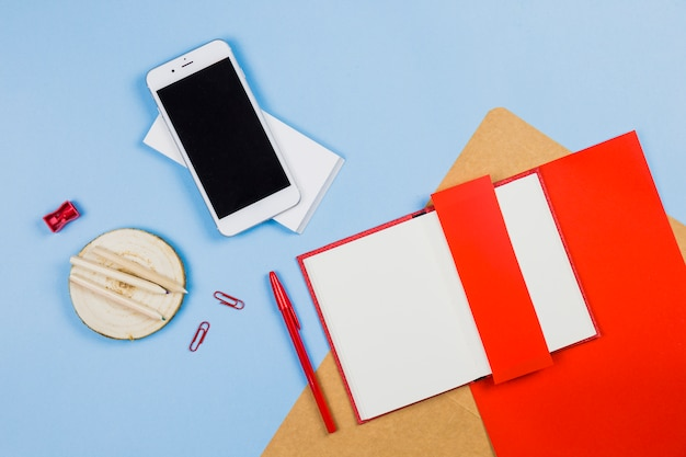 Smartphone avec carnet et crayons