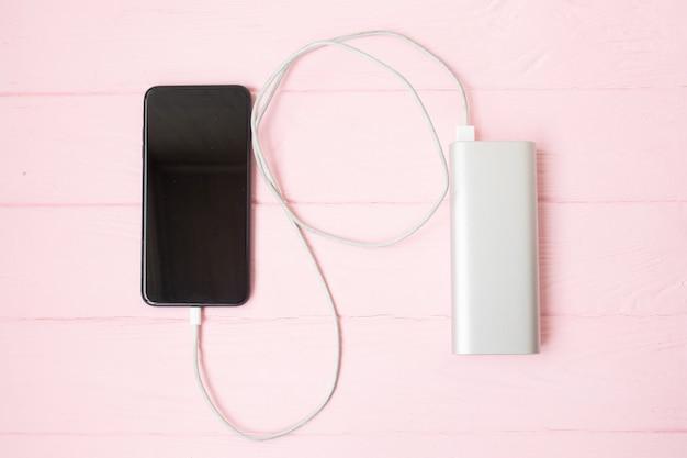 Smartphone chargé par power-bank.