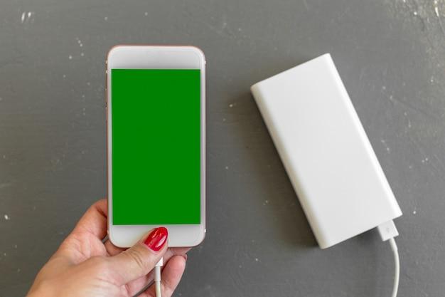 Smartphone chargeant avec la banque de puissance