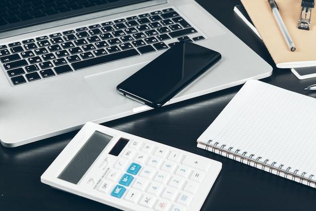 Smartphone et clavier d'ordinateur sur la table de bureau