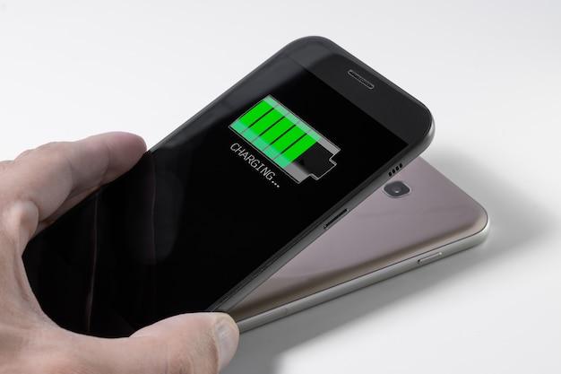 Smartphone en cours de chargement par un autre appareil via le chargement sans fil
