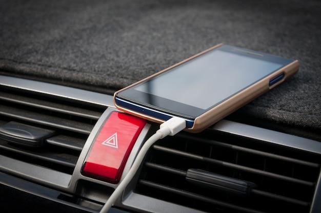 Smartphone dans la voiture, chargeur branchez le téléphone sur la voiture