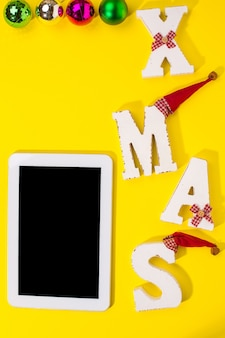 Smartphone avec décorations de noël