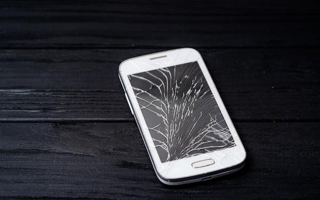 Smartphone avec écran cassé