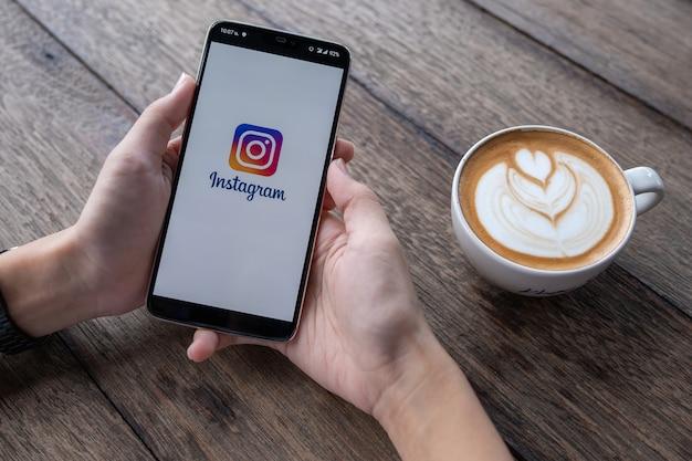 Smartphone avec écran de connexion instagram.