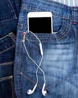 Smartphone avec un écran noir blanc et des écouteurs