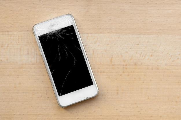 Smartphone à écran de verre cassé. travail du centre de service montrant un smartphone lors de l'utilisation d'un écran de protection. concept de sauvegarde de téléphone. russie, rostov-on-don 13/01/2020.
