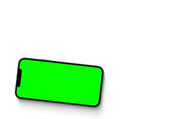 Smartphone avec écran vert. clé chroma. isolé sur fond blanc.