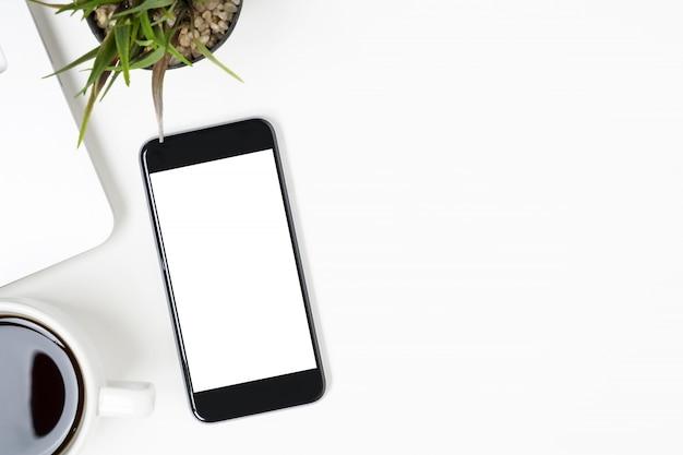 Le smartphone avec écran vide est au-dessus du tableau blanc. vue de dessus avec espace de copie, pose à plat.