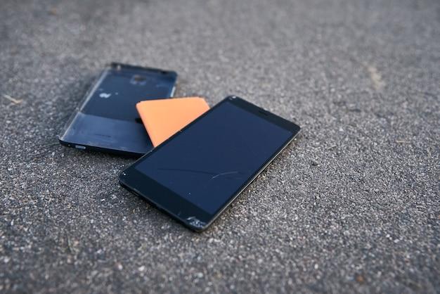 Smartphone endommagé avec écran tactile cassé