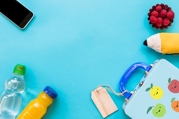 Smartphone et étui à crayons près d'aliments sains